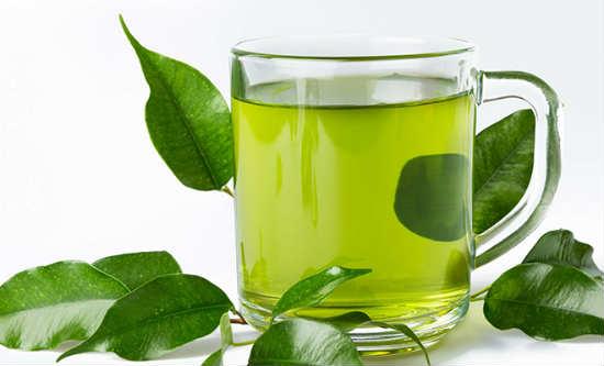 ngoài công dụng thanh nhiệt cơ thể thì trà xanh còn giúp se khít lỗ chân lông